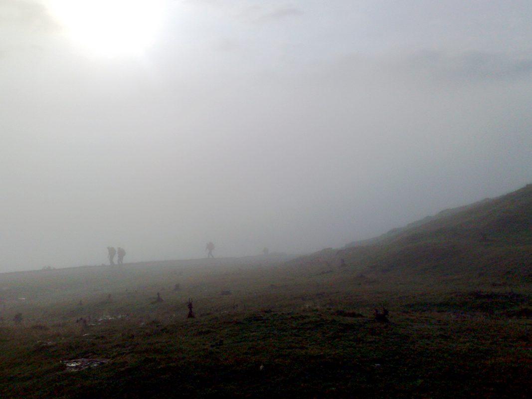 Im Nebel geht es über den Gebirgspass der Pyrenäen