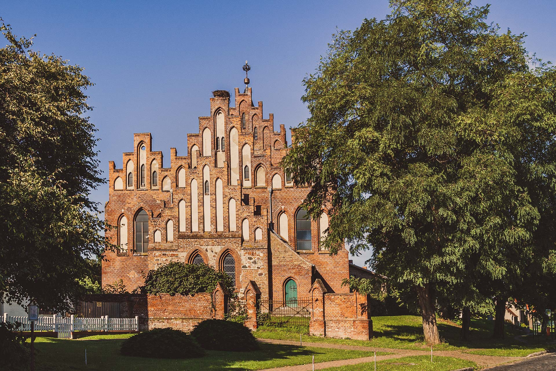 Ein Prachtbau an Kirche, der auch heute noch erahnen lässt, wie groß die Dörfer einstmals gewesen sein müssen. Hier die Kirche in Linum.