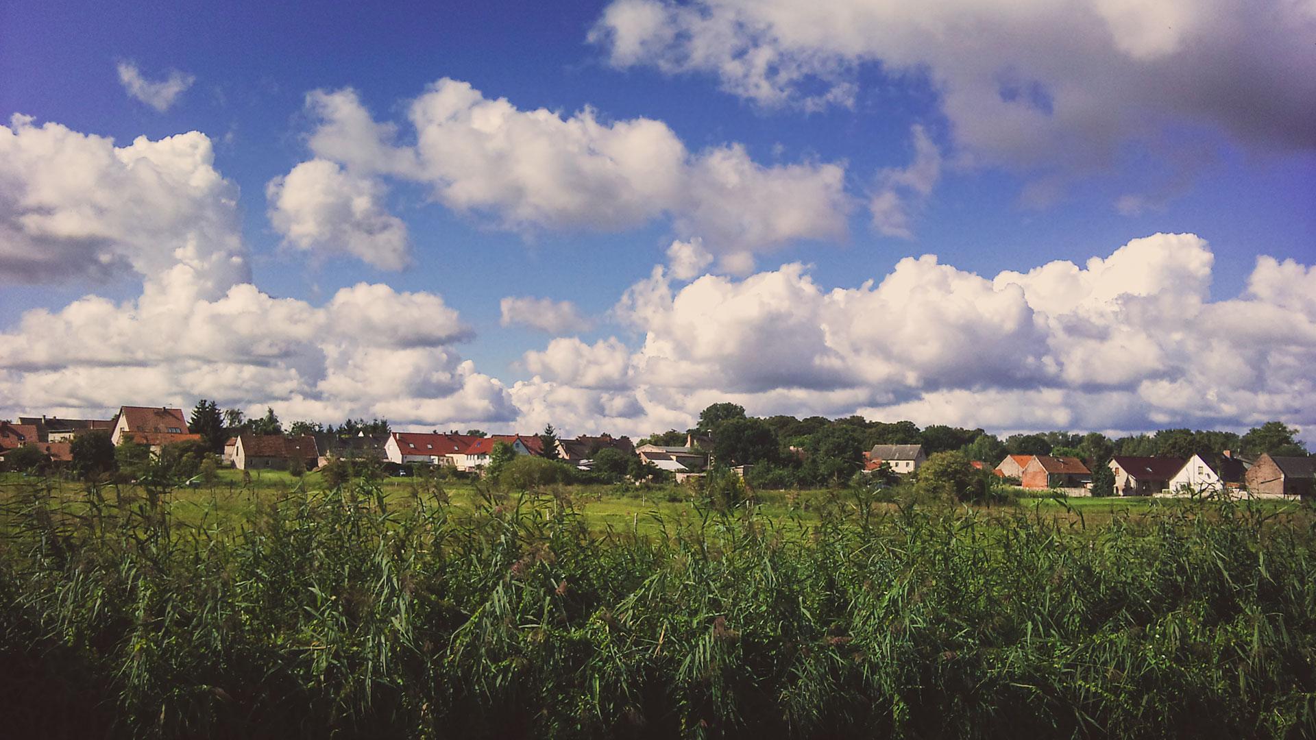 Hübsch liegt es da. Umgeben vom Rhin, Fischteichen und Wäldern. Von oben sieht es wahrscheinlich noch hübscher aus. Das würde auch erklären, warum sich die zahlreichen Störche ausgerechnet dieses Dorf ausgesucht haben.