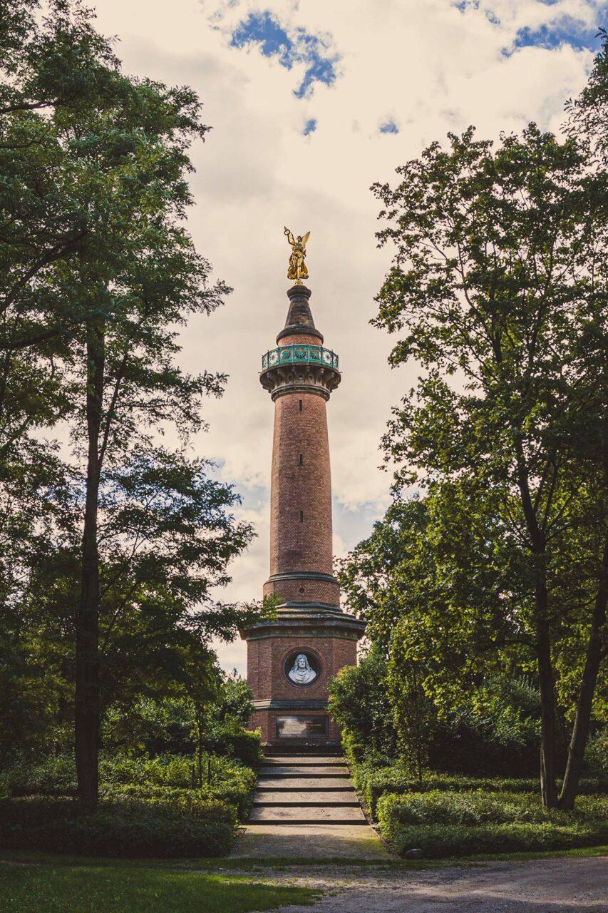 Im Rückblick wird jede noch so kleine Schlacht bedeutungschwanger aufgeblasen und mit Denkmälern versehen. Die Deutschen haben aber auch eine komische Beziehung zu ihrer Geschichte.