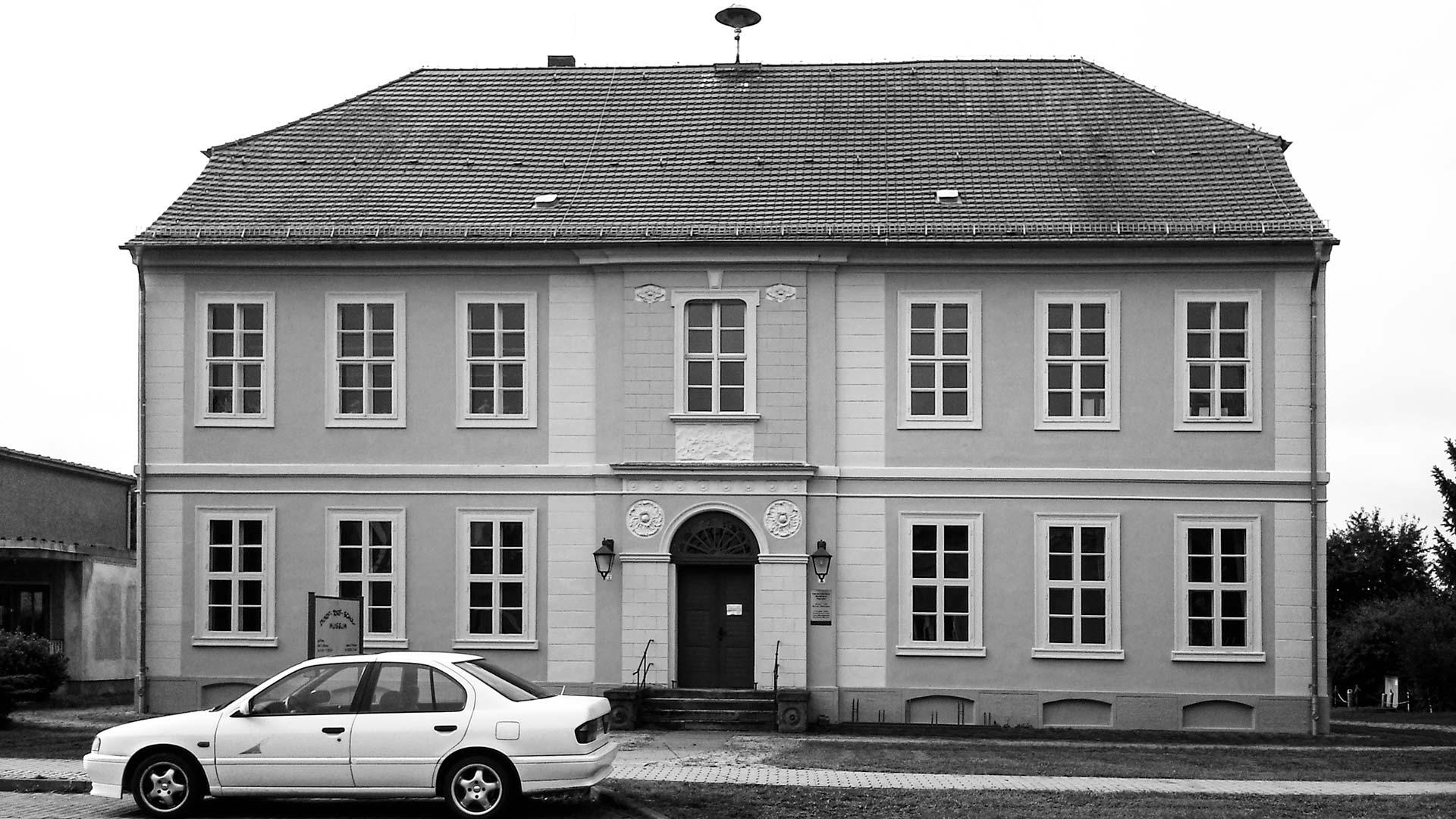 Da sieht man mal wieder wo das Geld steckt. Das Gutshaus der Familie von Kleist. Genau, die von Kleist's. Die hat hier mal gewohnt und gewirkt. Zumindest am eigenen Haus. Heute ist es ein Museum.