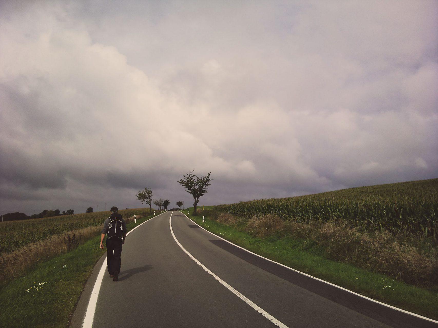 Auf dem Wunderblutweg wandern: manchmal führt der Weg auch an unbefahrenen Strassen entlang.