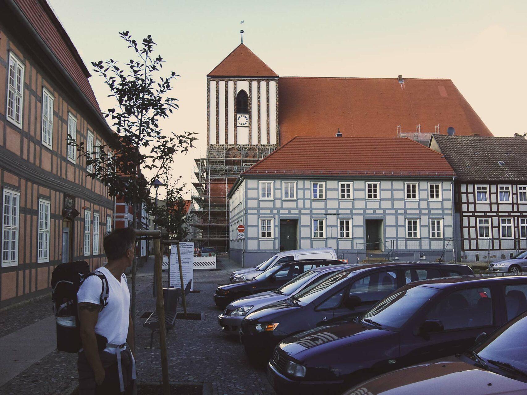 Die mächtige Kirche St. Peter und Paul in Wusterhausen. Nach den kleinen Feldsteinkirchen der letzten Tage muss man schon zweimal hinschauen, um die ganzen Ausmaße zu erfassen.
