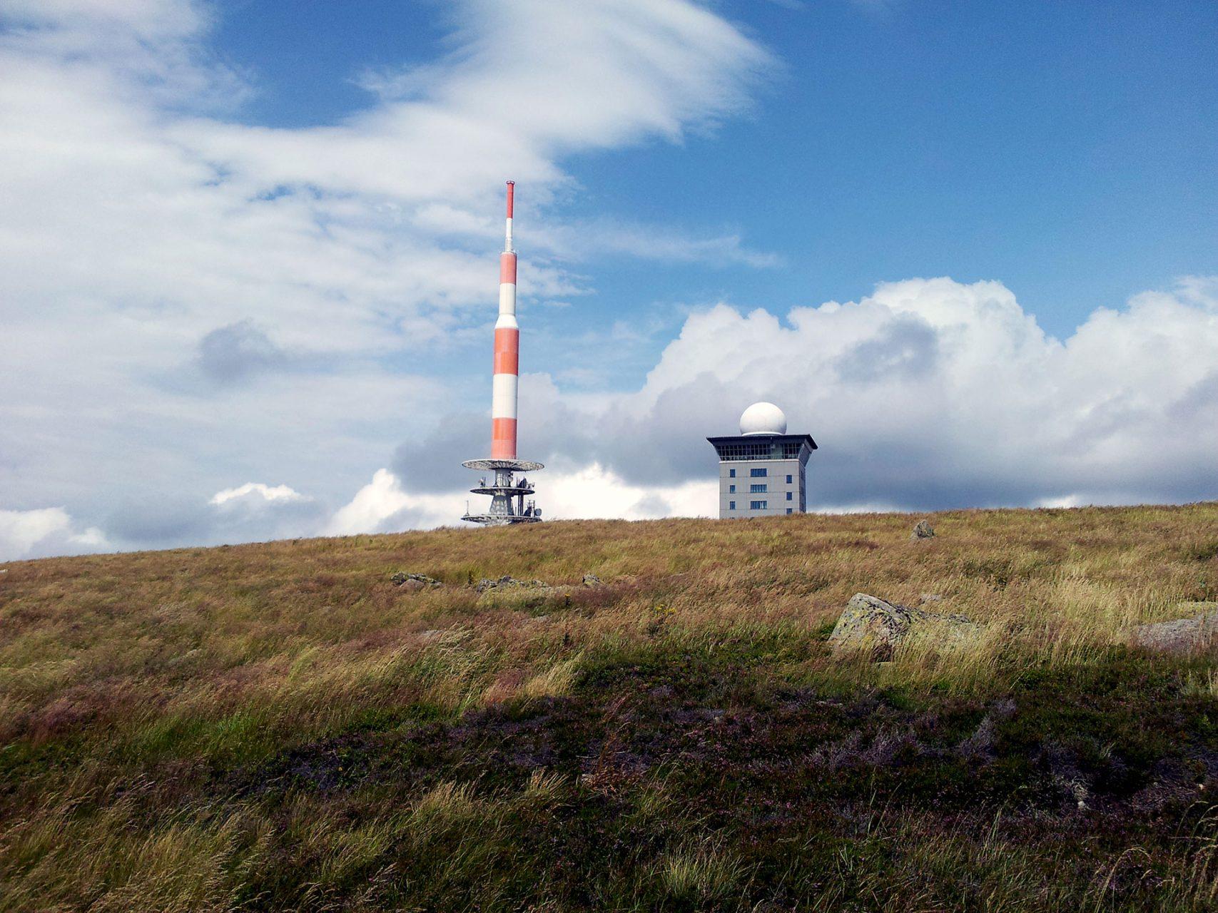 Fernsichten rundherum gibt es auf dem Gipfel des Brocken. Und jede Menge Menschen.