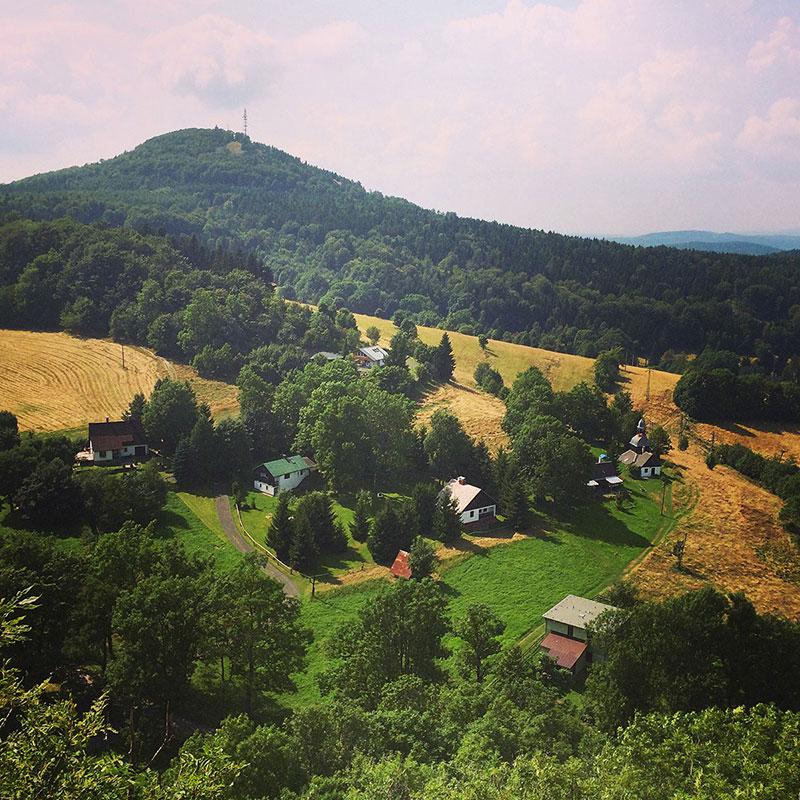 Das Schöne am Wandern ist die philosophische Nähe zum Leben: es geht immer bergauf und ab. Stets haben wir das nächste Tal genauso vor Augen, wie den nächsten Gipfel. Hier: den Jedlová.