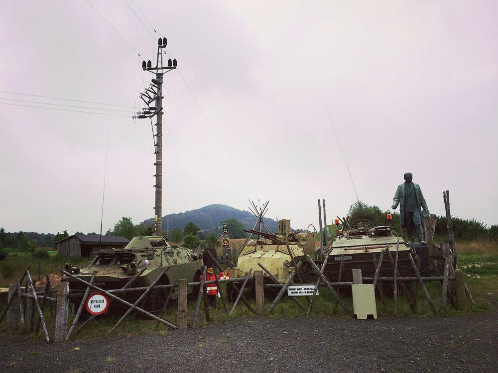 In Doubice wird auch heute noch die Tradition der vielen Kriege hochgehalten. In einem kostenlosen Open-Air-Museum mischt sich Panzer mit Kunst, Kitsch mit Geschichte. Mal was ganz anderes.