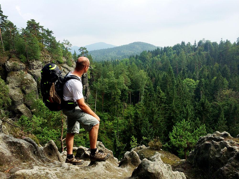 Auf dem Gipfel des Jedlina werfen wir einen wehmütigen Blick zurück. Alle drei Berge, die hier sichtbar, sind von uns erwandert worden. Hurra!