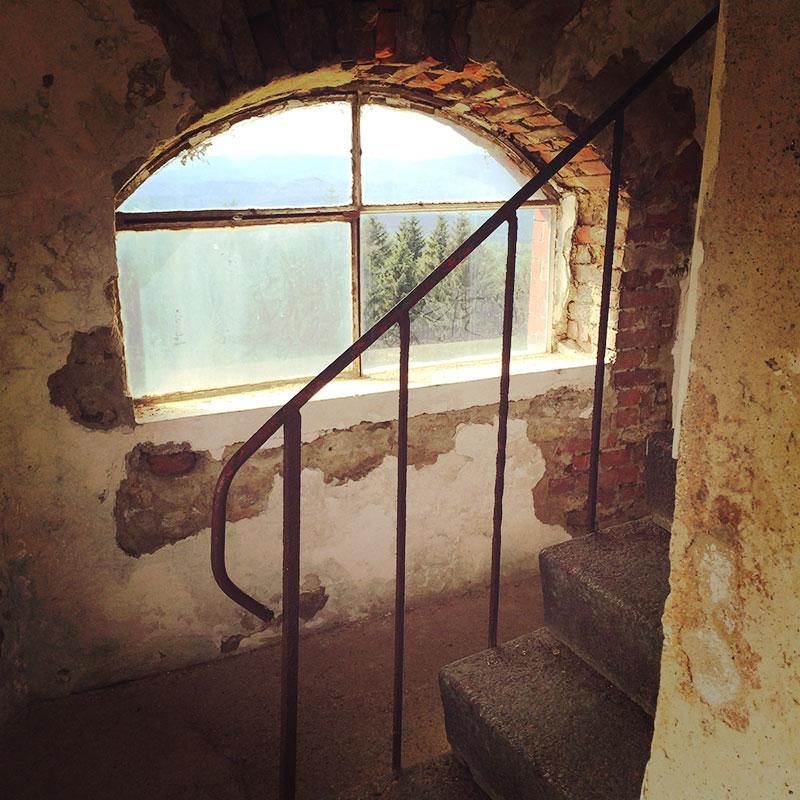Auf dem Tanečnice steht ein Aussichtsturm, der zwar schon bessere Zeiten gesehen hat, aber von welchem man einen unglaublichen Ausblick bis weit hinein ins Isergebirge (und bei Glück sogar ins Riesengebirge) hat. Fantastitsch!