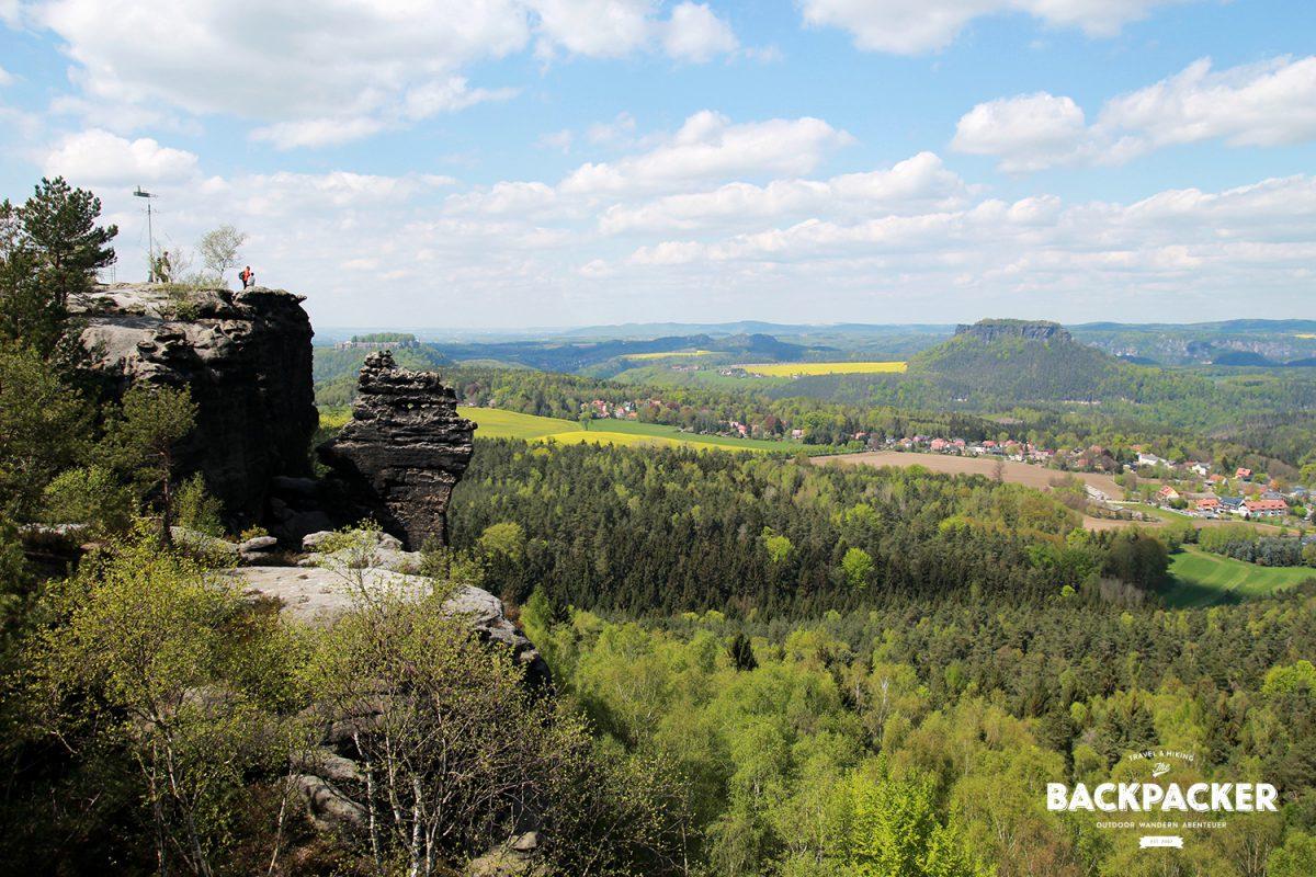 Erster Gipfel – erster Ausblick: Der Lilienstein und links versteckt der Königstein.