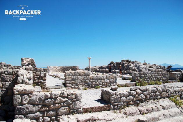 Über Mauerresten thront die einzige noch erhaltene Säule, …