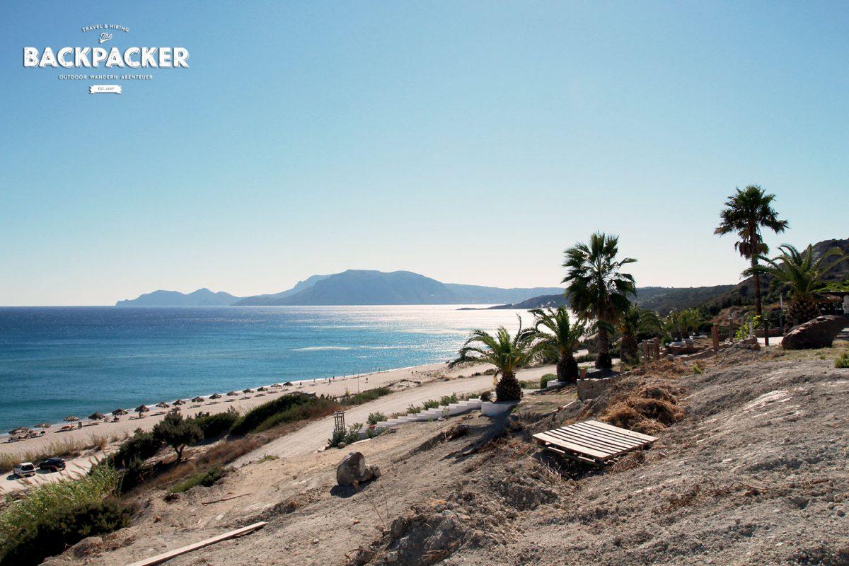 Der Sunny Beach lockt mit glasklarem Wasser und einem schattigen Plätzchen oberhalb, wo es Snacks und Getränke gibt.