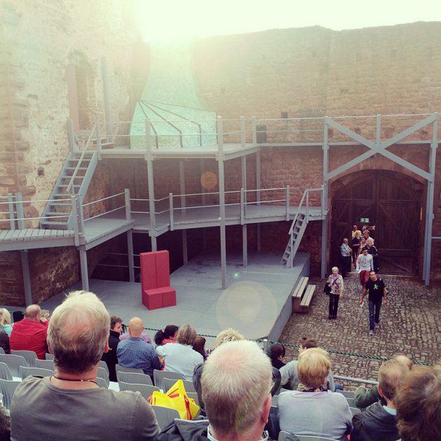 Die Bühne – zwischen Wehrturm und ehemaligem Palas gebaut scheint vielfältig bespielbar.