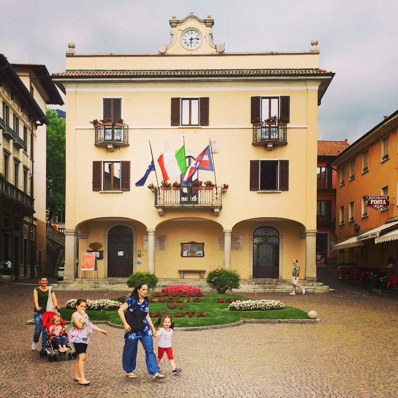 Von Café zu Café am westlichen Ufer des Lago Maggiore vorbei am Rathaus von Baveno