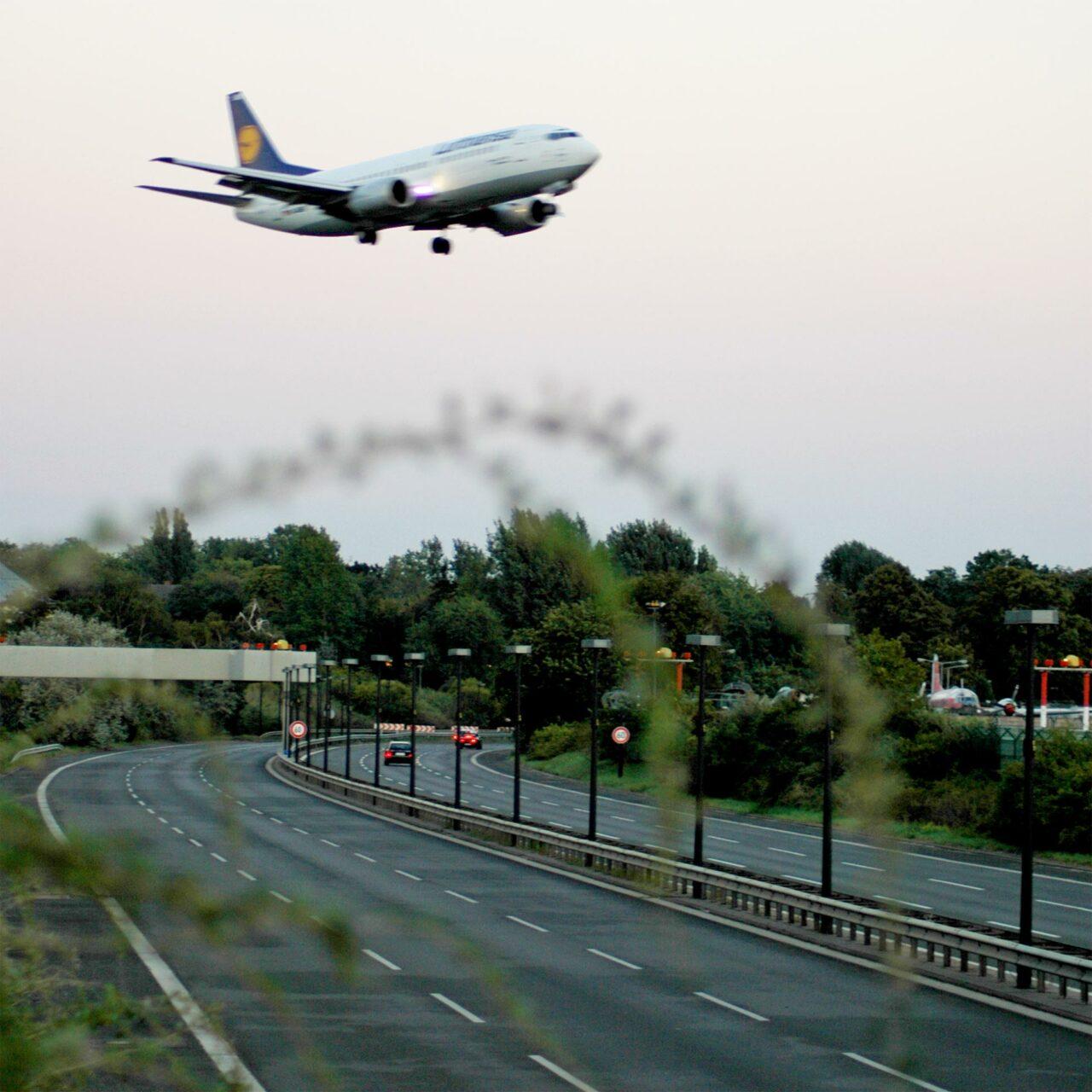 Ein Jumbo-Jet landet in Berlin Tegel.