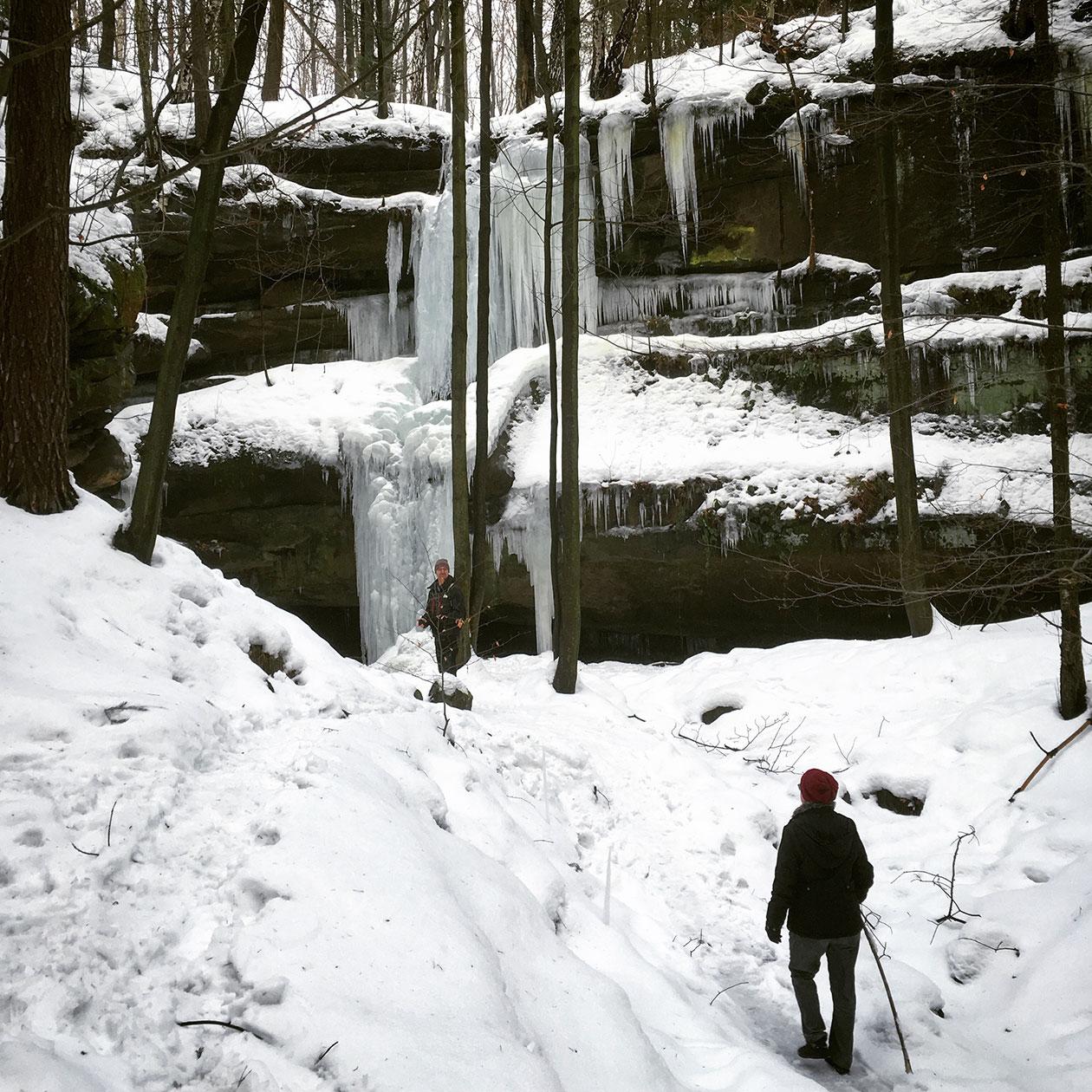 Immer wieder kommen wir an kleineren Eisformationen vorbei, die zum Staunen und Pausieren einladen.