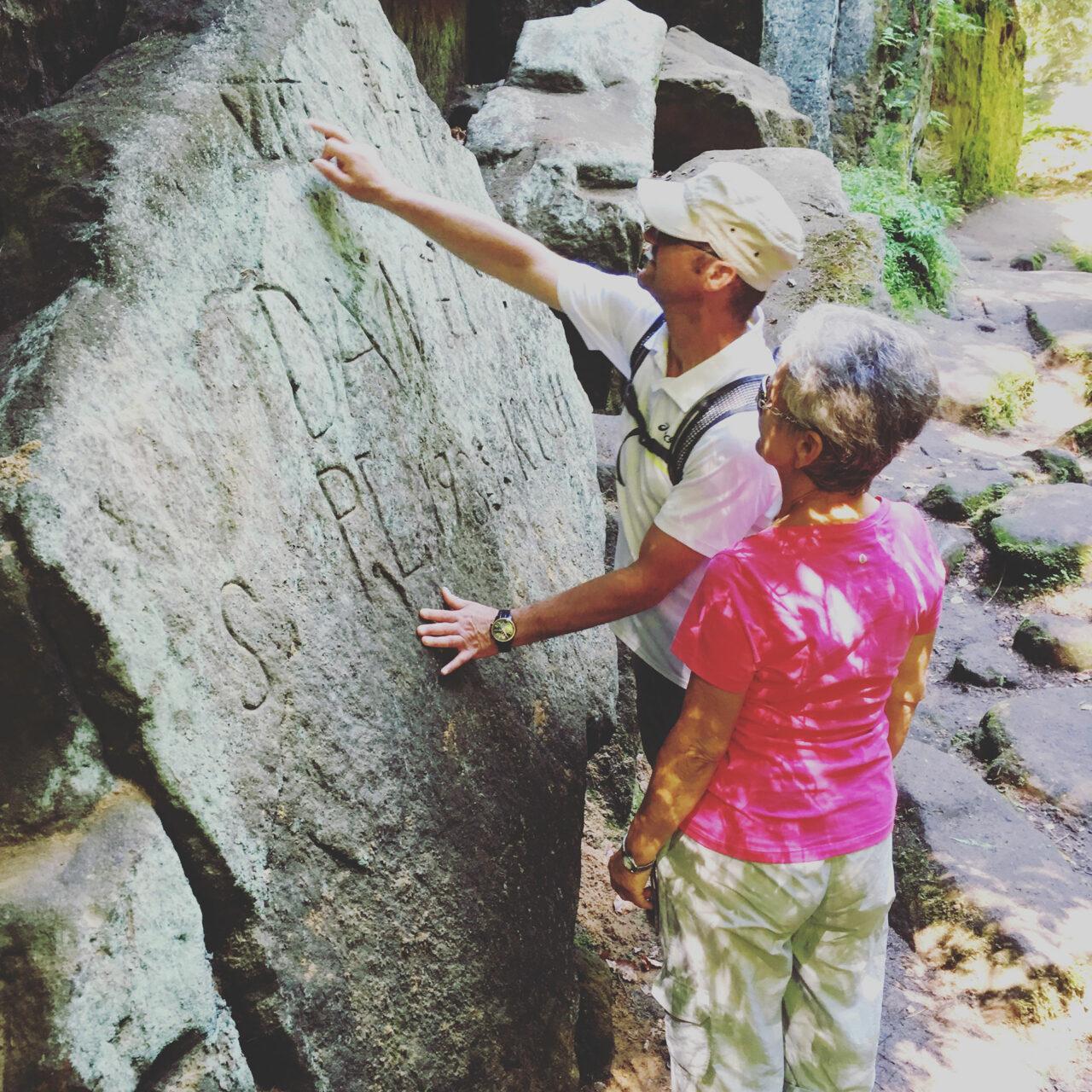 Im Teufelsgrund findet der Wanderer jede Menge Steinritzungen aus knapp 200 Jahren.