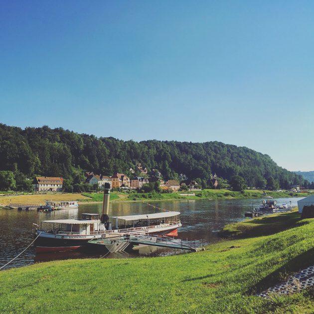 Entlang der Elbe – oder etwas oberhalb des Steinbruchwegs – findet man genug Möglichkeiten, sich abzukühlen. Seit einigen Jahren lädt sie wieder zum vergnüglichen Bade.