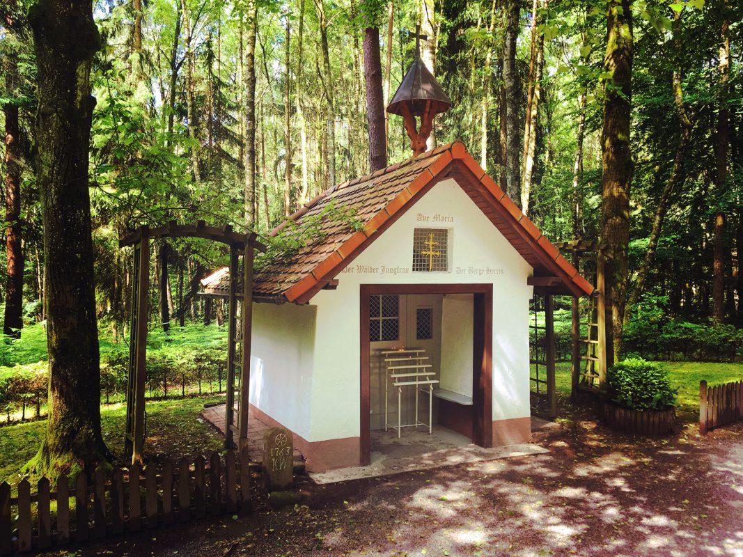 Ob sich die Sagen wirklich zugetragen haben oder nur Hirngespinste sind, wird man nie wirklich klären. Dafür bietet die kleine Waldkapelle bei Dammbach genug Ansporn, bei einer besinnlichen Rast darüber nachzudenken.