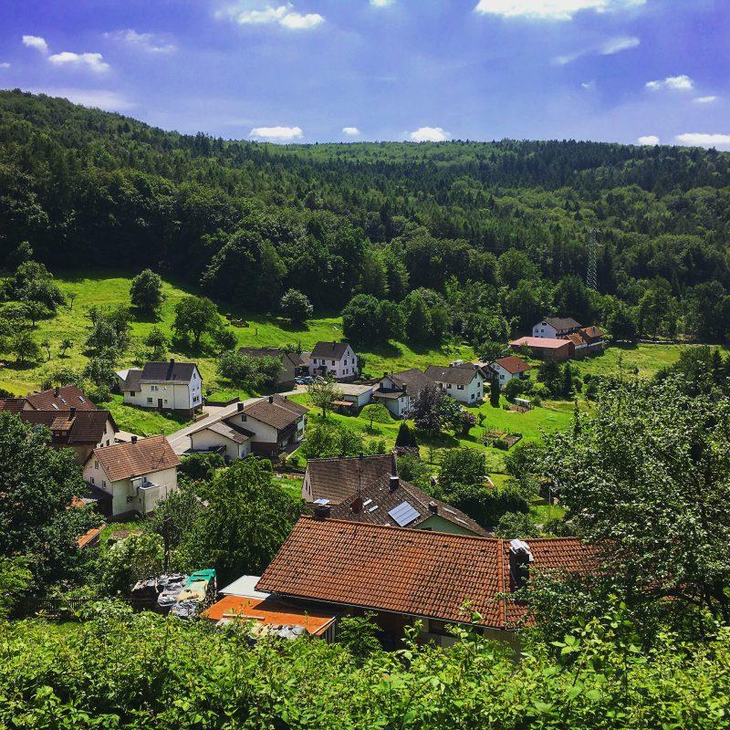 Der kleine Weiler Wildenstein zu Füßen der Burgruine.
