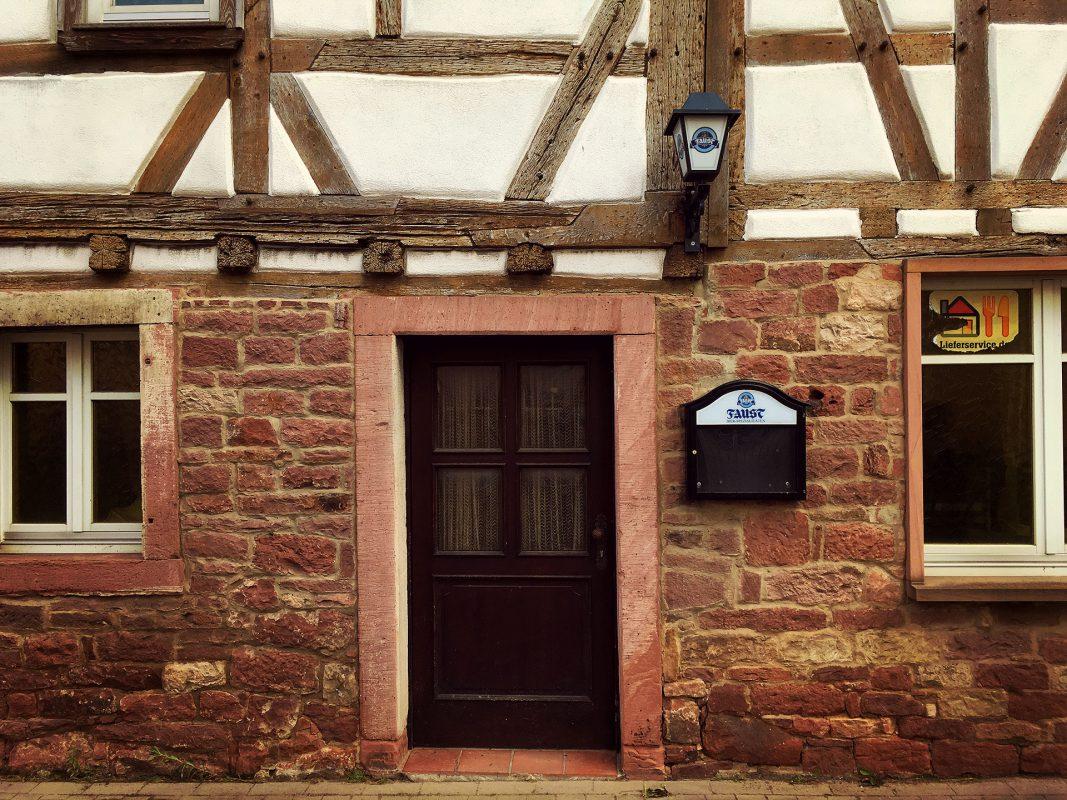 Gleich nebenan liegt verlassen und leer ein altes Gasthaus im Fachwerkstil.