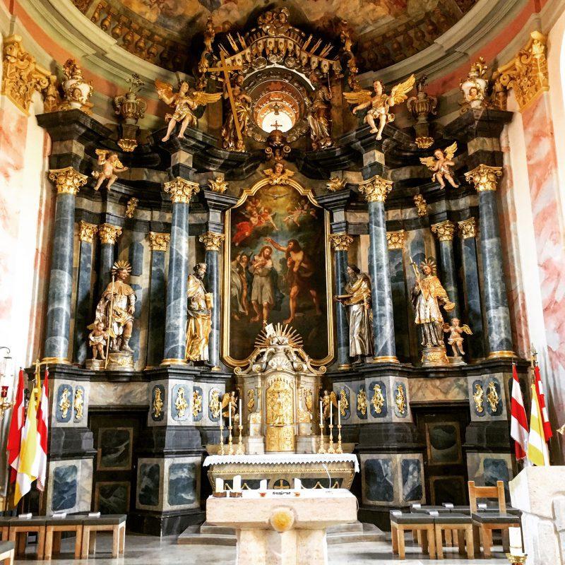 Der Hauptaltar in der Kirche St. Johannes der Täufer in Mönchberg