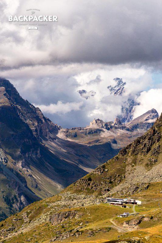 Die Wolken ziehen schnell und geben nur kurz den Blick aufs Matterhorn frei.