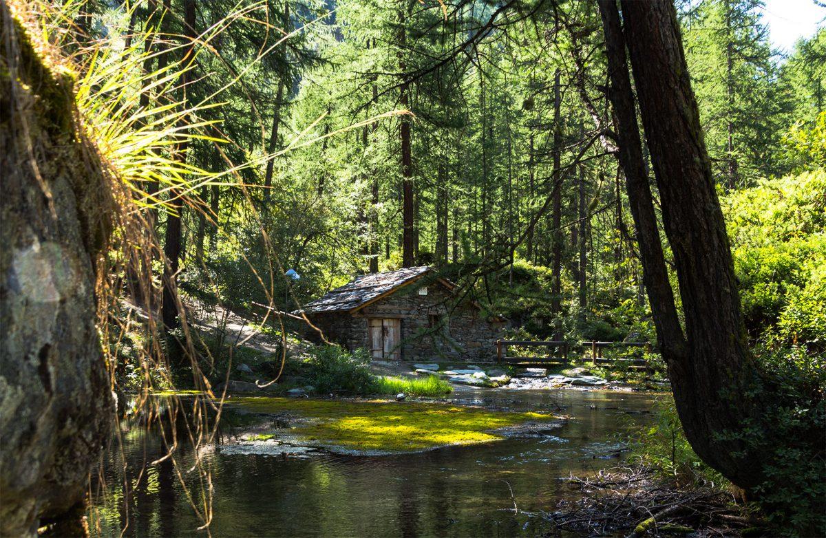 Die uralte Hütte am Lago Pellaud beherbergt eines der ersten Wasserkraftwerke zur Erzeugung von Elektrizität und ist noch heute in Betrieb.