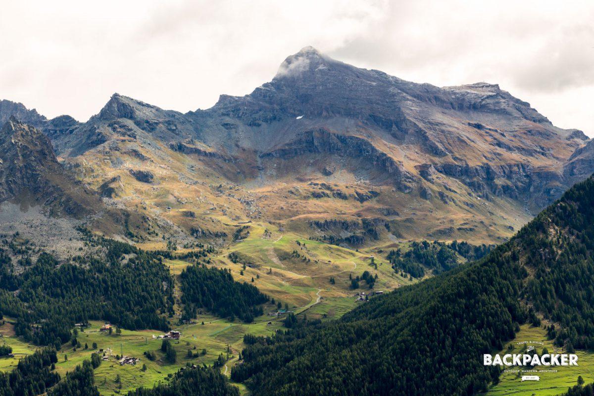 Schmal schlängeln sich die Weg steil an den felskargen Bergen entlang. Das Moos zeigt schon erste Verfärbungen...