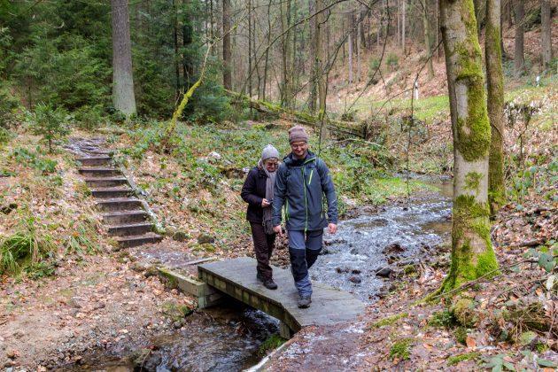 Verschlungene Pfade, Brücken aus Holz und jede Menge Matsch – an den Ufer des Tiefen Grundbachs