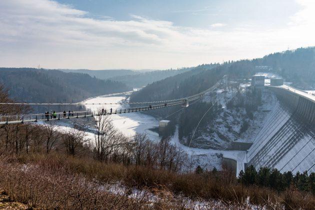 Knapp 500 Meter zieht sich die Hängebrücke entlang der Staumauer übers Tal