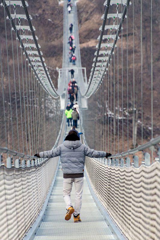 Wer leicht seekrank wird sollte sich tunlichst festhalten. Bei böigen Winden wackelt die Brücke nämlich enorm.