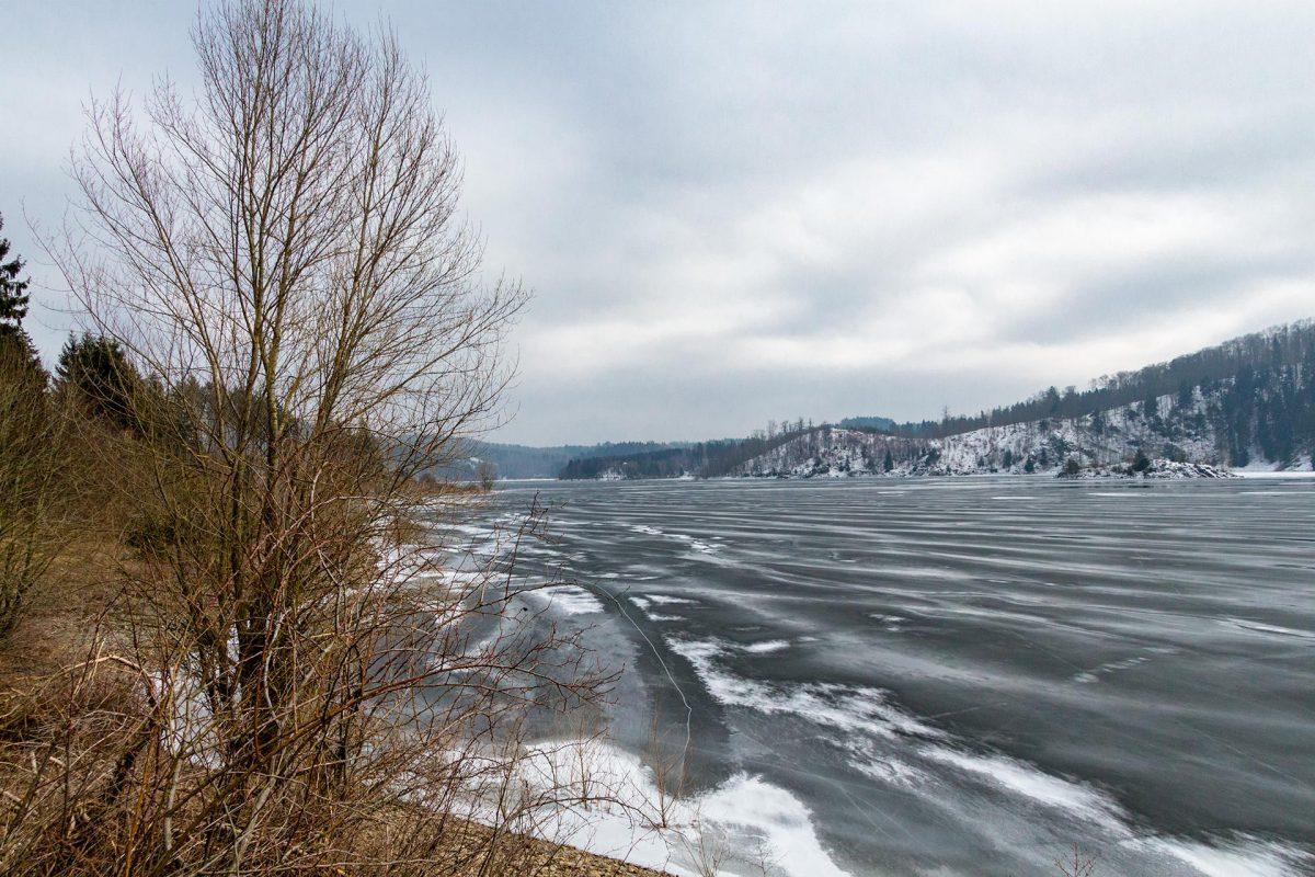 Am zugefrorenen Seitenarm hat man die Talsperre fast für sich allein. Nur Spuren im Schnee zeugen von aktivem Wildwechsel an ihren Ufern.