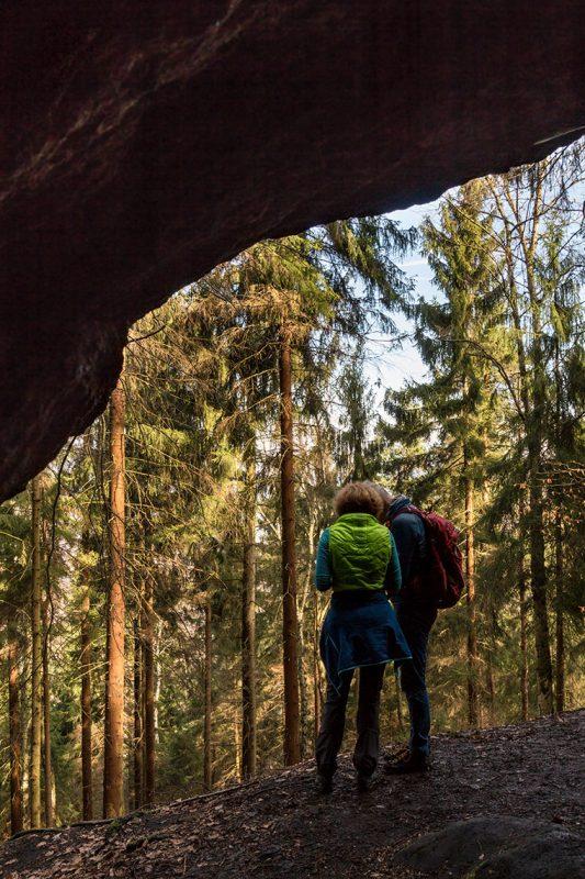 Kurze Rast am Diebeskeller, einer der größten Höhlen des Elbsandsteingebirges.