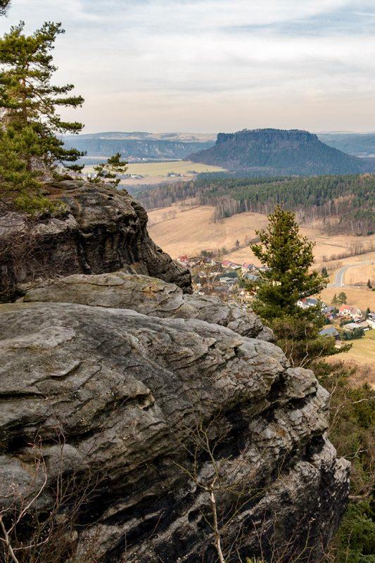 In alle Himmelsrichtungen bietet sich vom Pfaffenstein ein toller Blick. Hier in Richtung Lilienstein und ins nördliche Land.