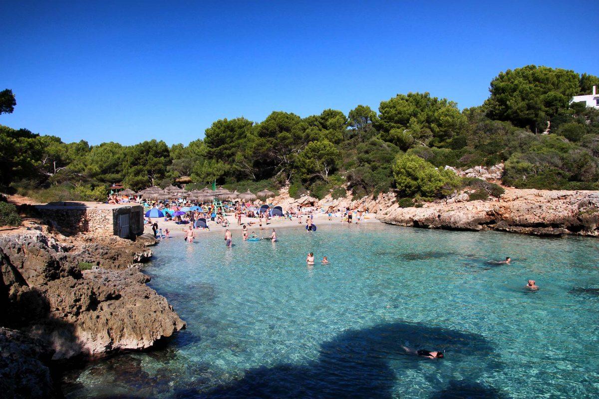 Im Sommer überfüllt bieten die zahllosen Buchten im Osten Mallorca's jede Mende Badespaß.