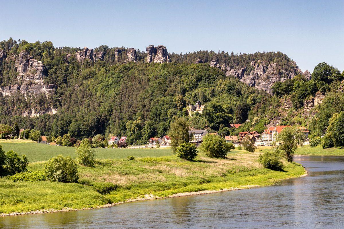 In großen Schleifen windet sich das Wasser der Elbe durch die Landschaft und gibt eindrucksvolle Blicke frei.