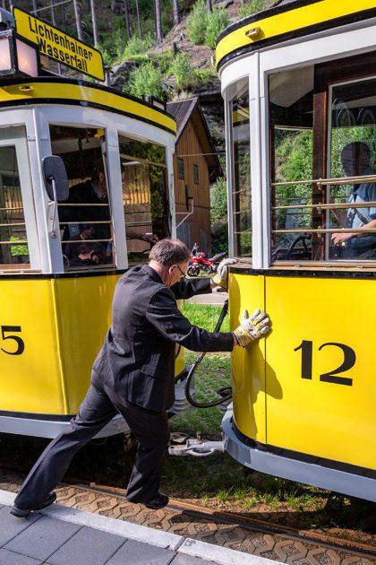 Alles noch in Handarbeit: Umkoppeln des Triebwagens der Kirnitzschtalbahn