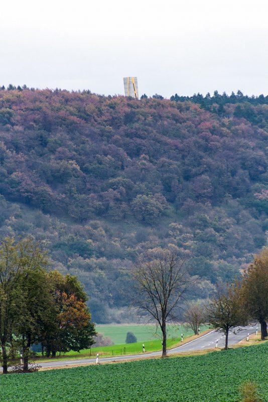 Hinter dem gegenüberliegenden Hang steht weithin sichtbar der Aussichtsturm Nebra. An seiner Stelle wurde die berühmte Himmelsscheibe gefunden.