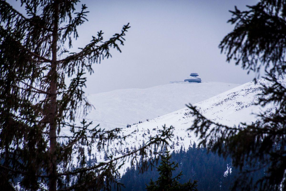 Wie ein gestrandetes Raumschiff ruht die Bergbaude auf dem Gipfel der Schneekoppe in 1.600 Höhenmetern.
