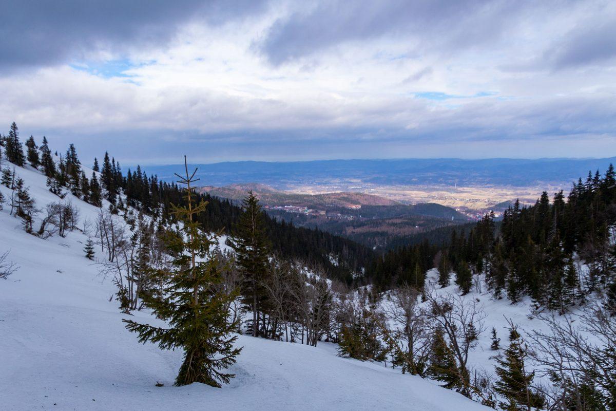 Im Sommer gut zu erkennen zeigt sich der Weg am Biały Jar im Winter unter Schnee versteckt