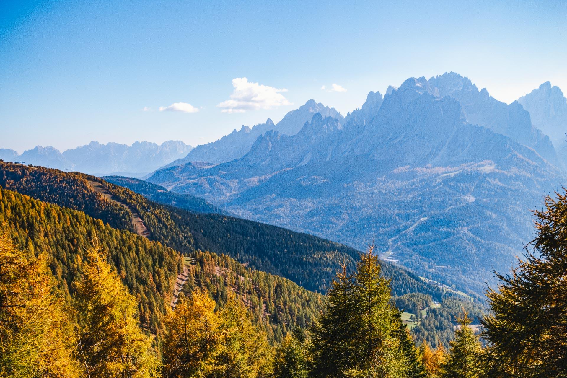 Auf dem Rückweg kratzen eindrucksvoll die Gipfel der Sextner Dolomiten am Horizont