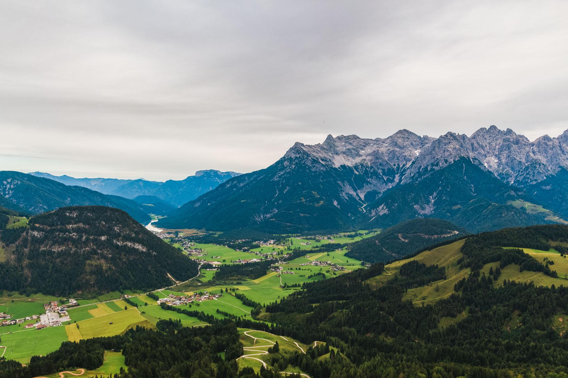 In der Ferne: Der Pillersee inmitten der Berge