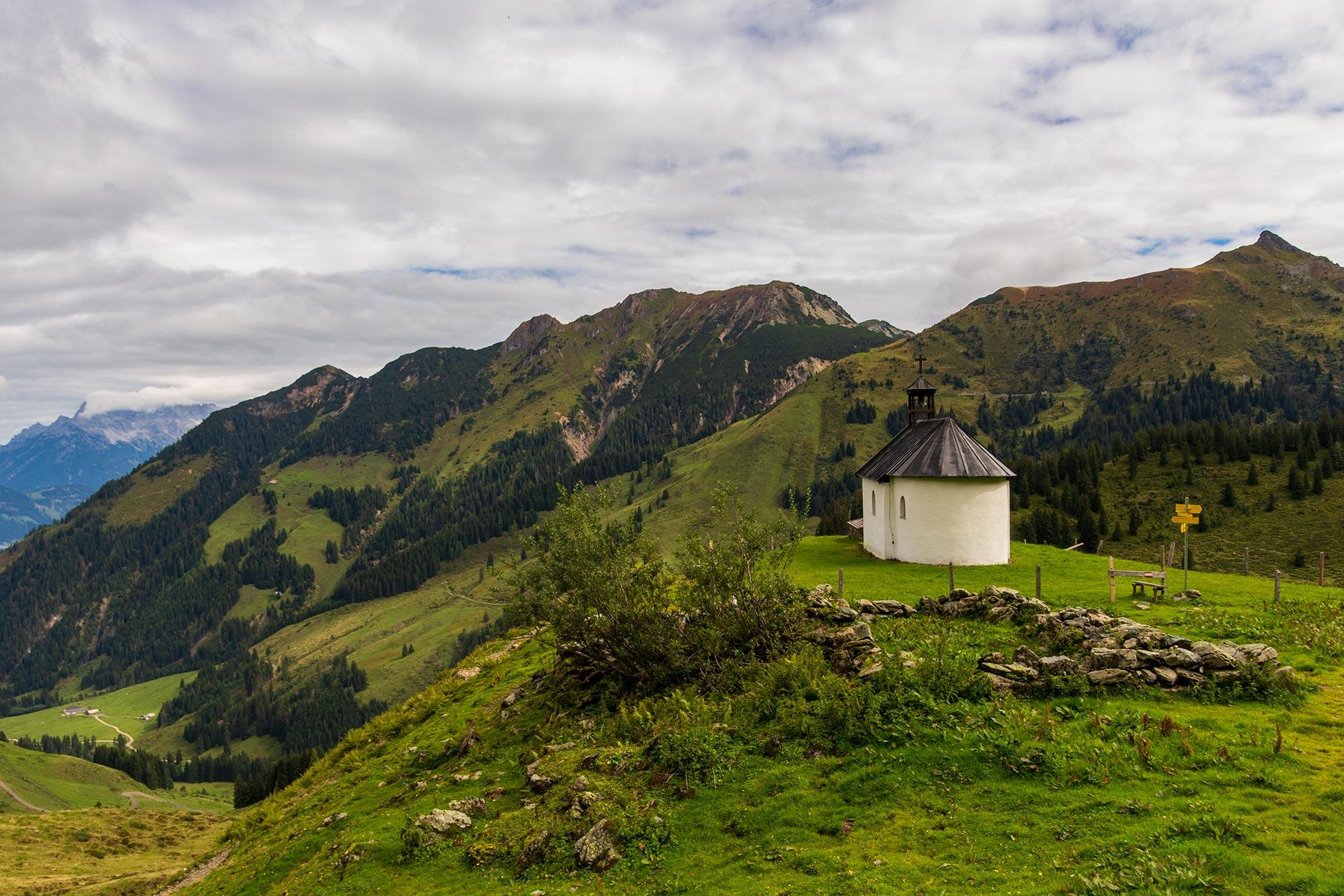 Ab hier geht es bergab. Noch sind es gut 800 Höhenmeter hinab bis nach Fieberbrunn.