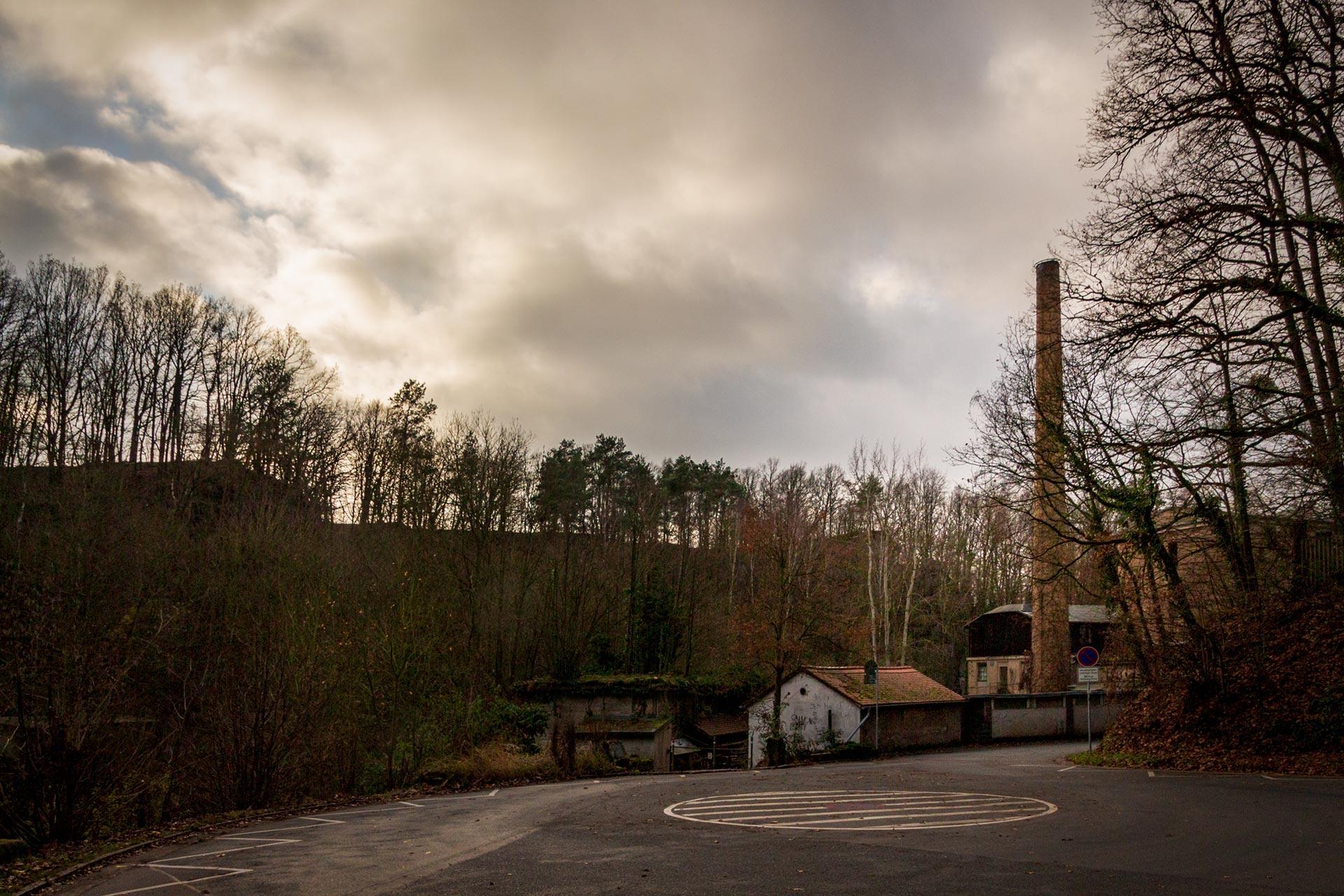 Obwohl noch in Betrieb schaut es bereits aus wie eine Ruine – Startpunkt der 1. Etappe des Malerwegs durch den Liebethaler Grund.