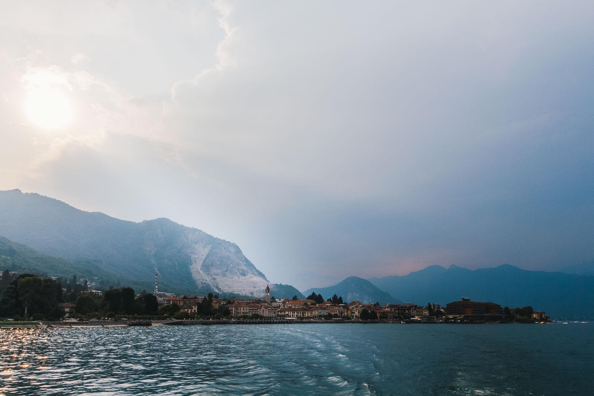 Vom Lago Maggiore aus steht Baveno scheinbar im Schatten seines Steinbruchs