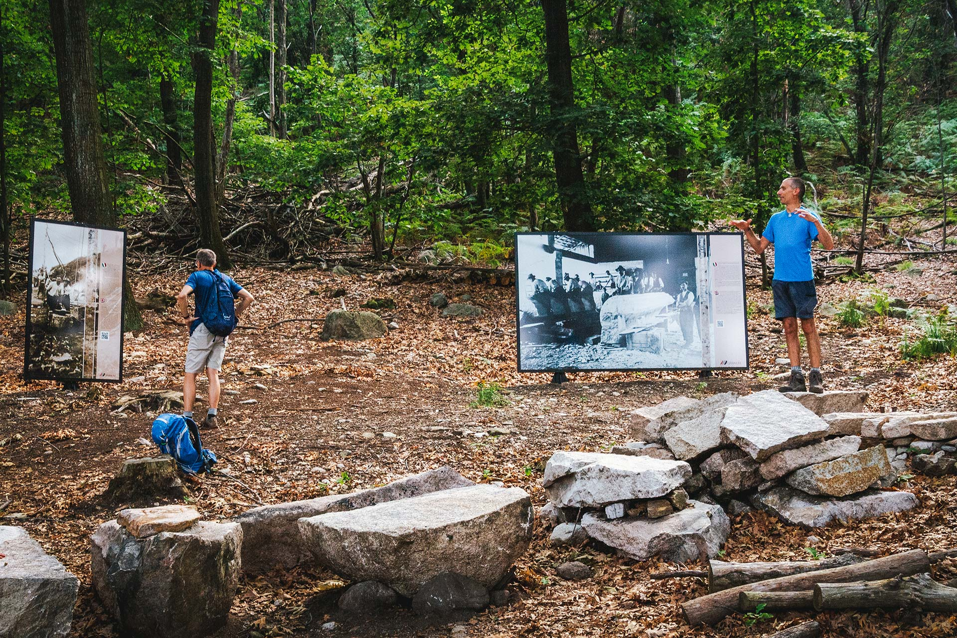 Im Freiluftmuseum nahe des noch aktiven Steinbruchs erfährt der Wanderer Wissenswertes aus dem Leben der Steinmetze
