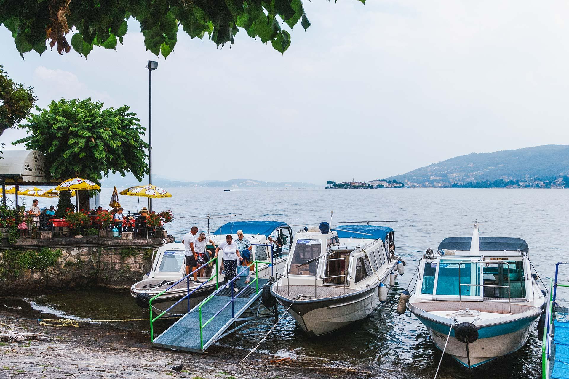 Mit den zumeist privaten Wassertaxis lässt es sich gemütlich über den Lago Maggiore und zu den Inseln der Familie Borromeo schippern.