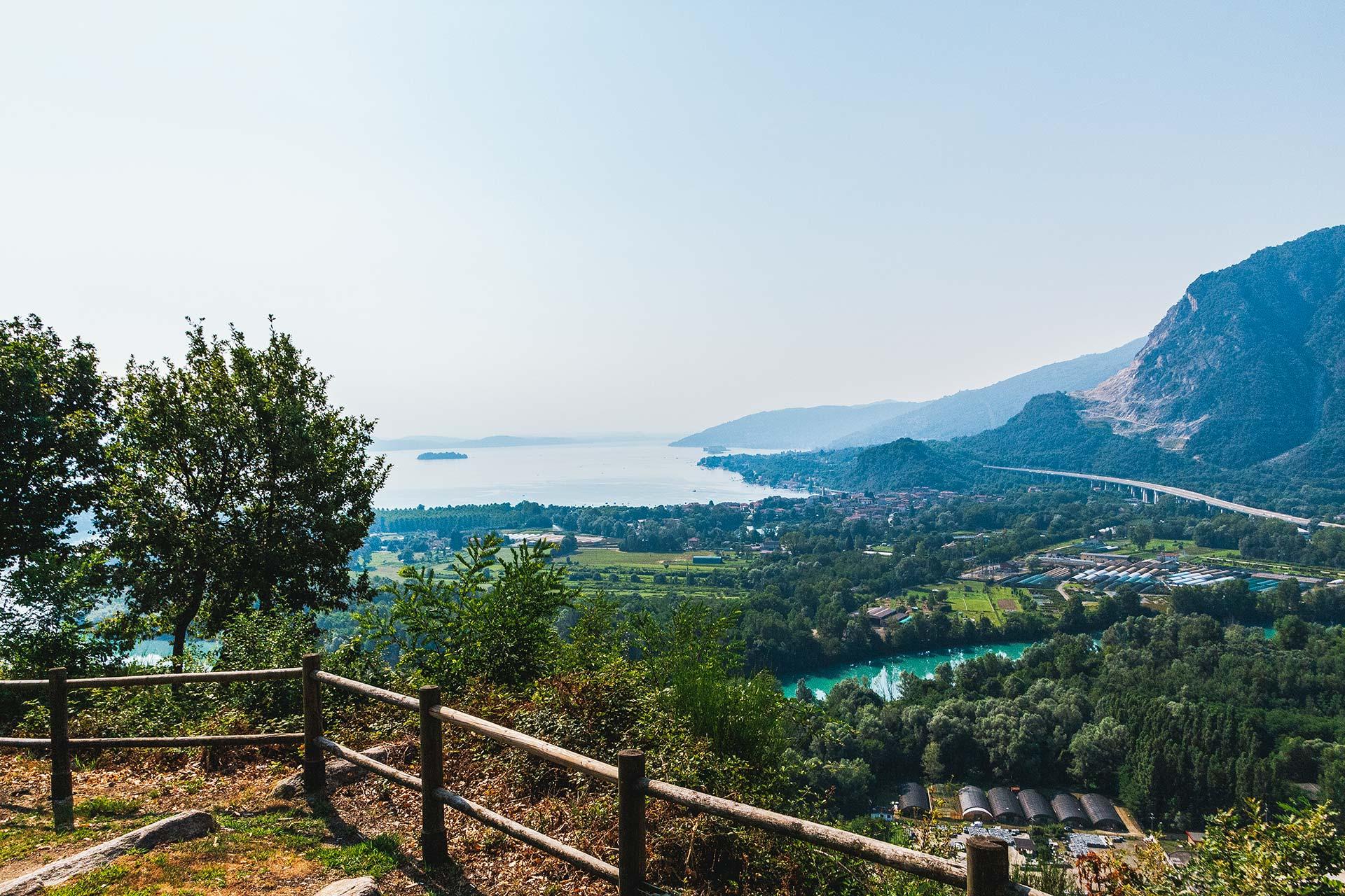 Die Weite des Ausblicks vom Gipfel des Mont'Orfano (794m) verliert sich im Dunst über dem Lago Maggiore.