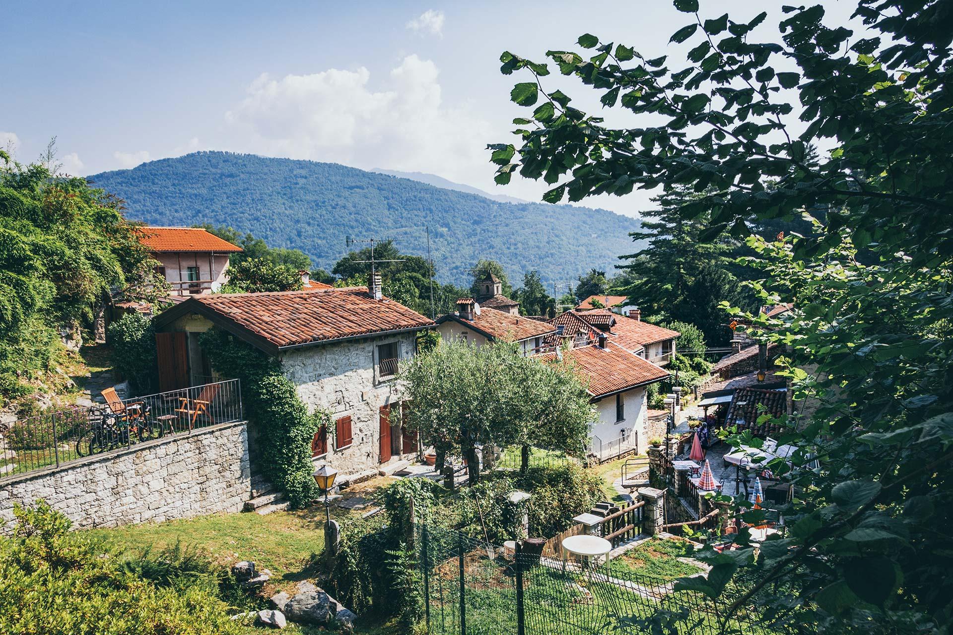 Idyllisch und verschlafen ruht das Dorf Montorfano unterhalb des Gipfels und hält eine Überraschung bereit.