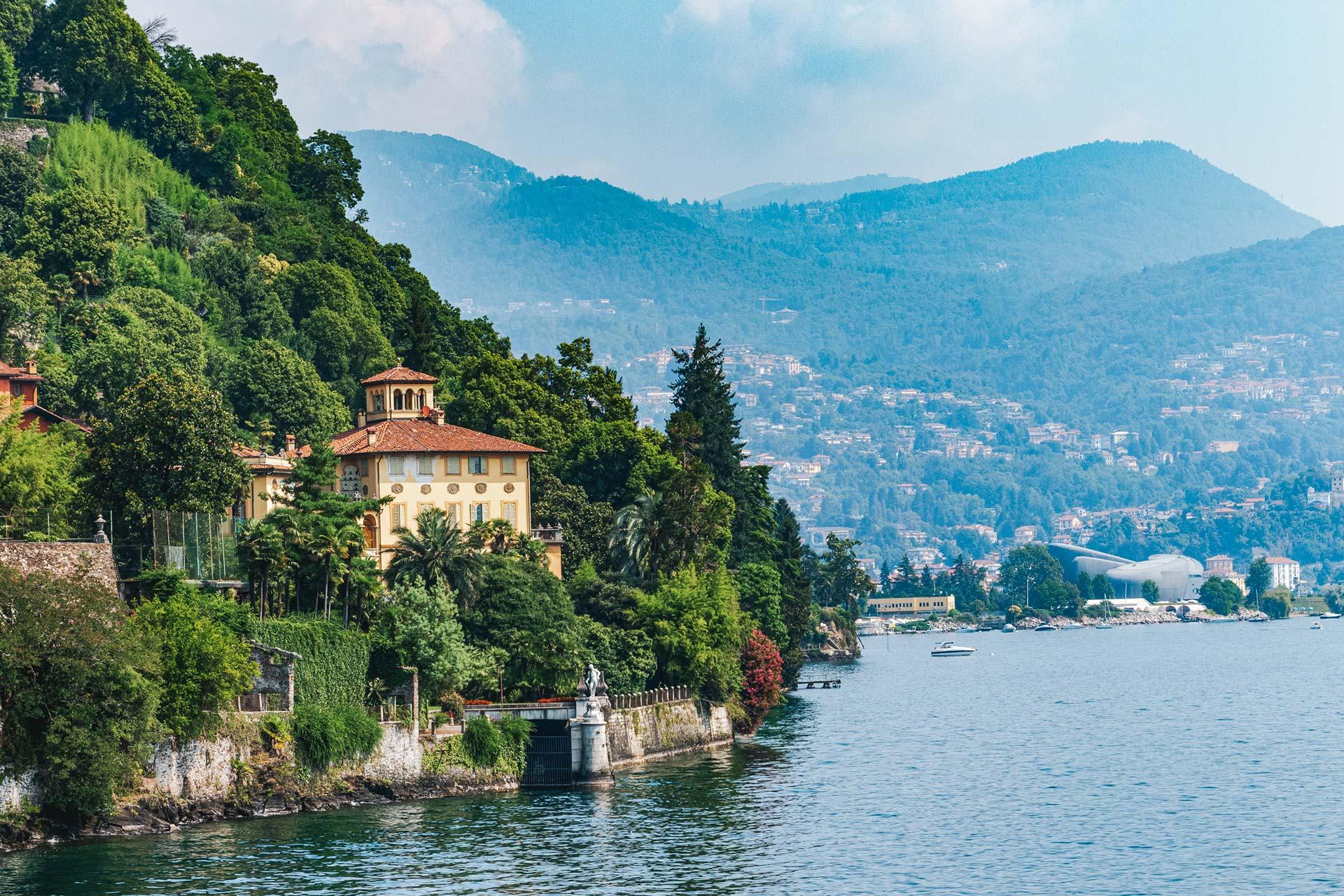 Entlang des Westufers in Richtung Villa Taranto zeigt sich Adel und Prominenz